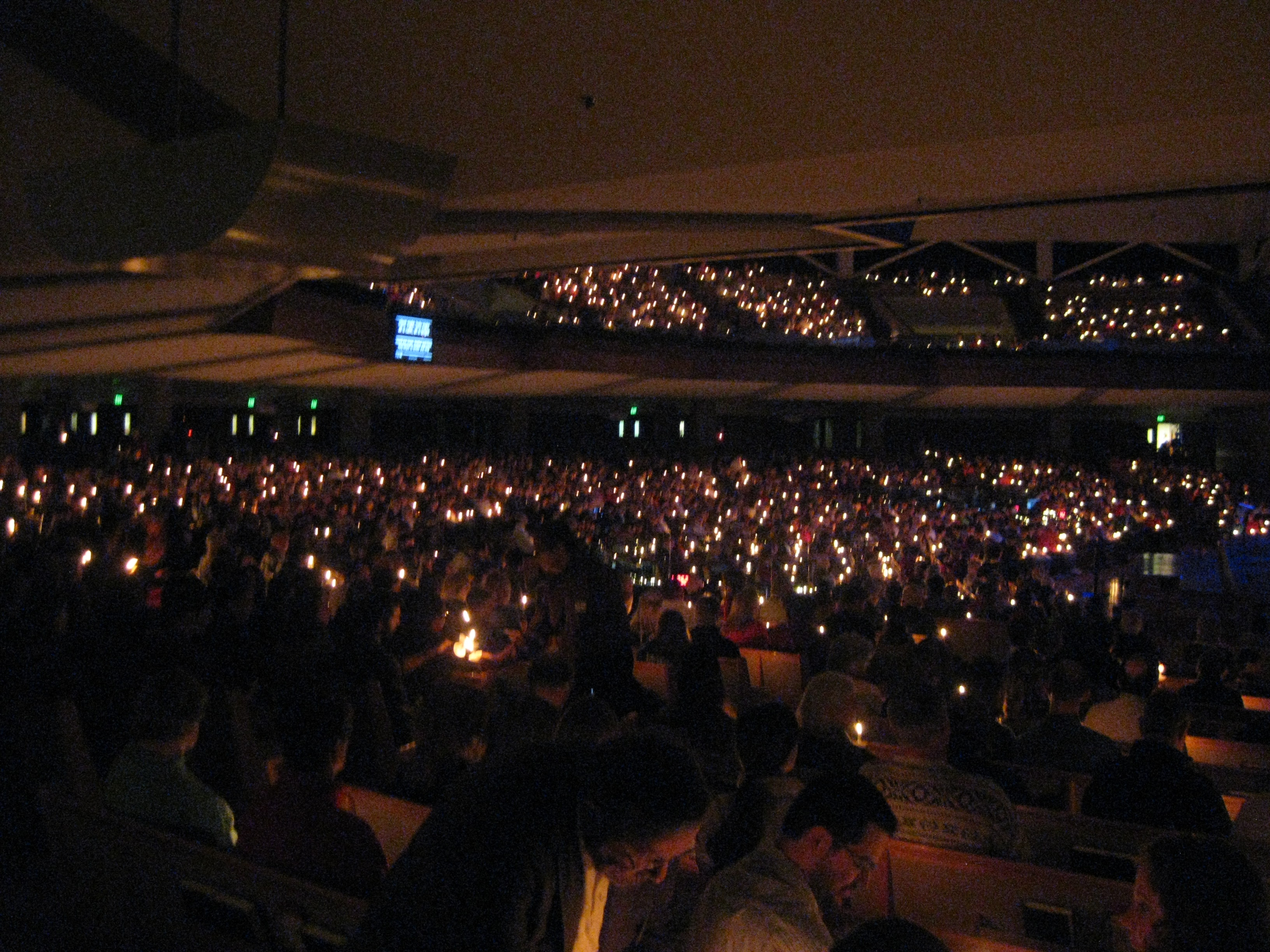 Thousands gather for Christmas Eve services a day before Christmas Eve. <br /><p id=